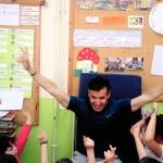 """Ο συγγραφέας Νίκος Μιχαλόπουλος στο 3ο Νηπιαγωγείο Περιστερίου μαζί με τους """"Πέντε Σωματοφύλακες Κλεισμένους στο Ψυγείο"""""""